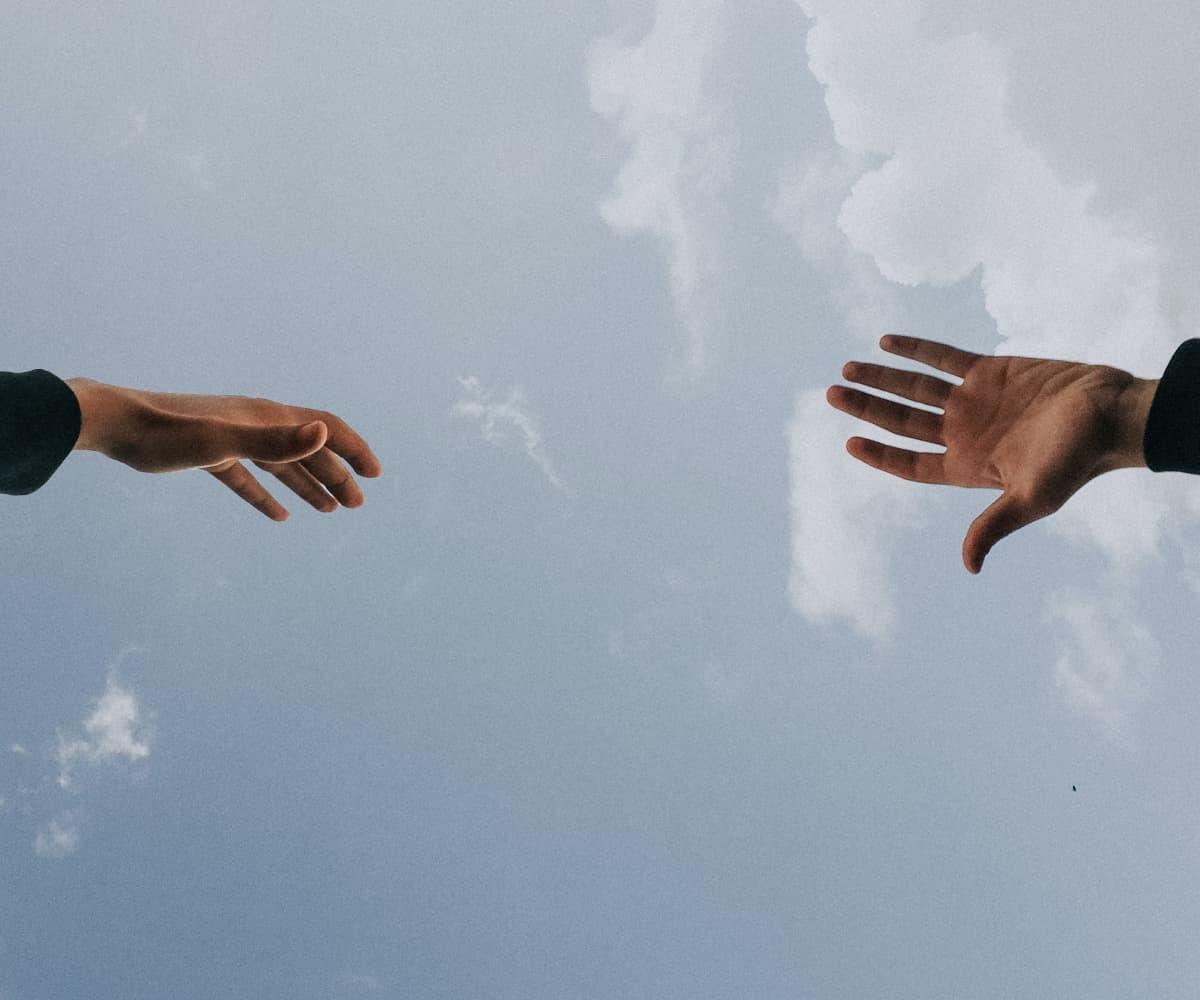 Image de mains dans le ciel