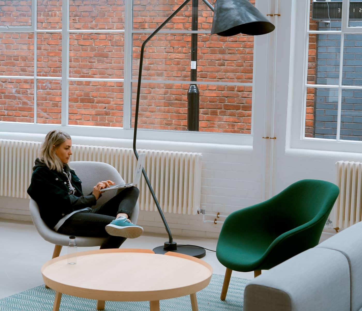 Bild eines Mädchens, das mit Laptop arbeitet