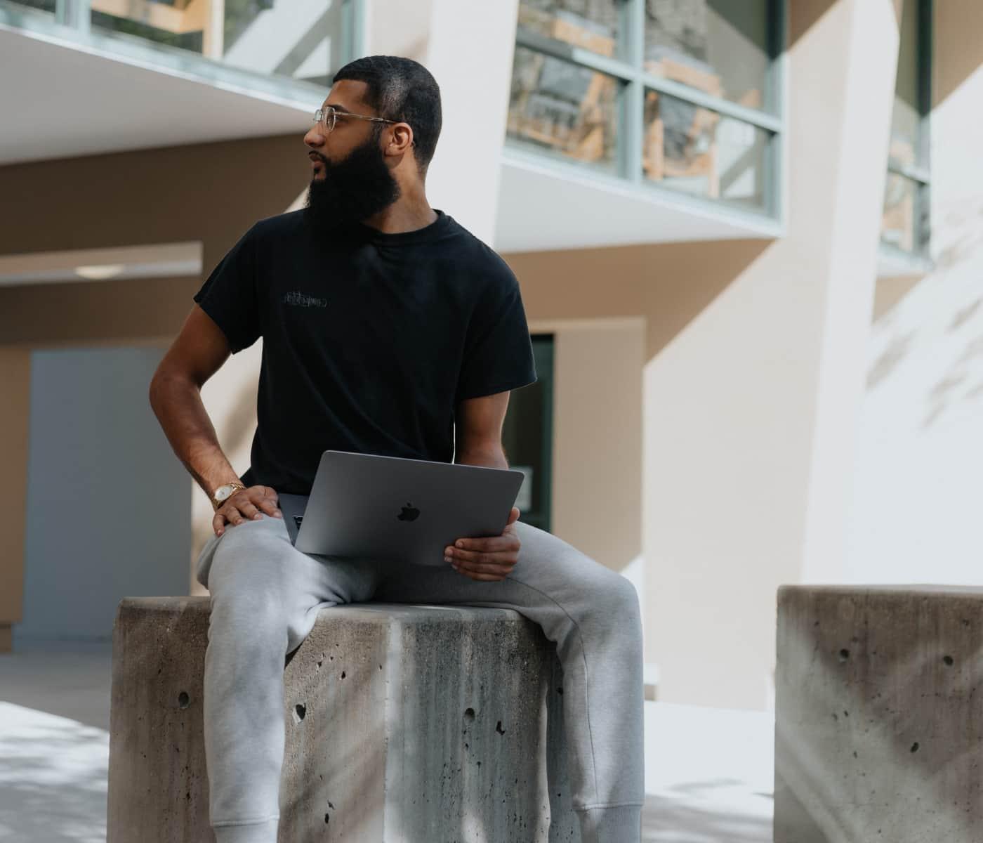 Bild von Mann mit Bart, der mit Laptop arbeitet