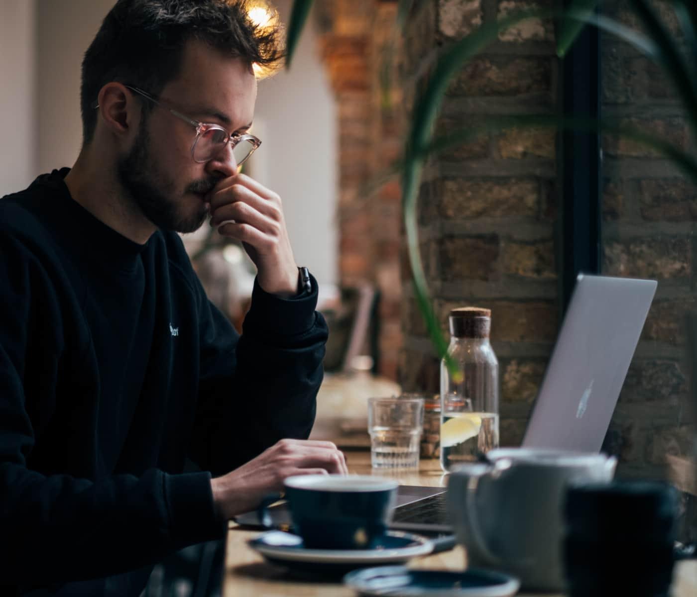 Bild eines Mannes, der im Café arbeitet